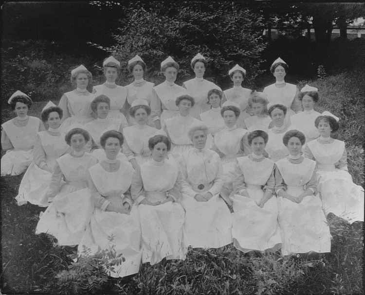 Photograph of members of the University of Virginia School of Nursing. 1911.